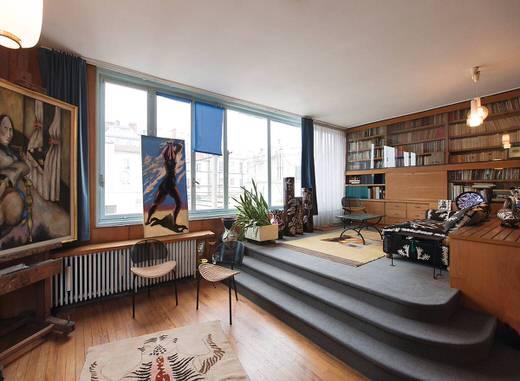 La première des huit maisons construites pour des artistes par André Lurçat dans l'impasse Villa Seurat, l'un des trois ensembles urbains importants réalisés à Paris dans les années vingt.