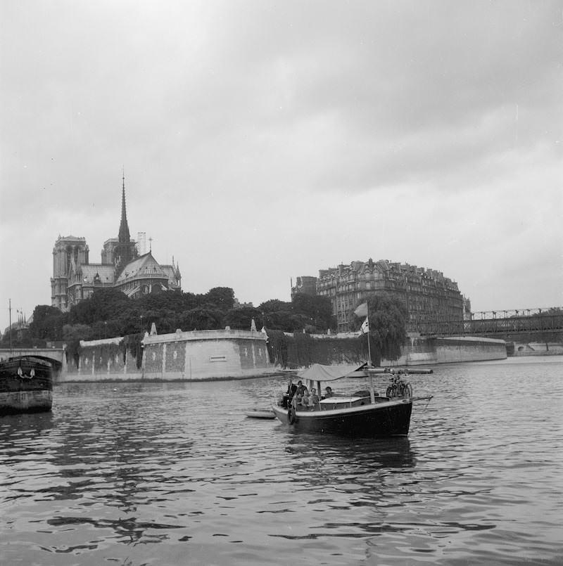 Daphne i Paris med Notre Dame ...