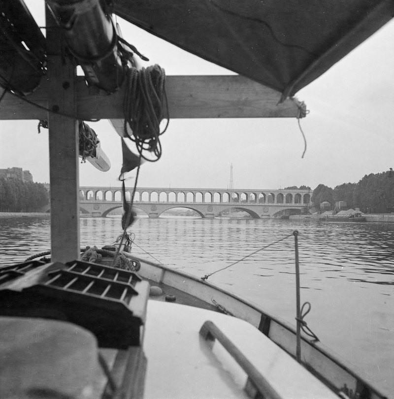 Ankomst till Paris. Bron är den gamla viaduc d'Auteuil som revs 1959 och ersattes 1963 av nuvarande bron Pont du Garigliano. I bakgrunden syns Eiffeltornet