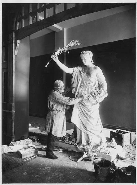 Skulptören Walter Runeberg arbetande med skulpturen PAX, som hör till den grupp av allegoriska gestalter som omringar Alexander II:s staty på Senatstorget i Helsingfors. Skulpturen finns i Åbo stadsbibliotek. På sockeln står det följande: Paris 23 juni 1893